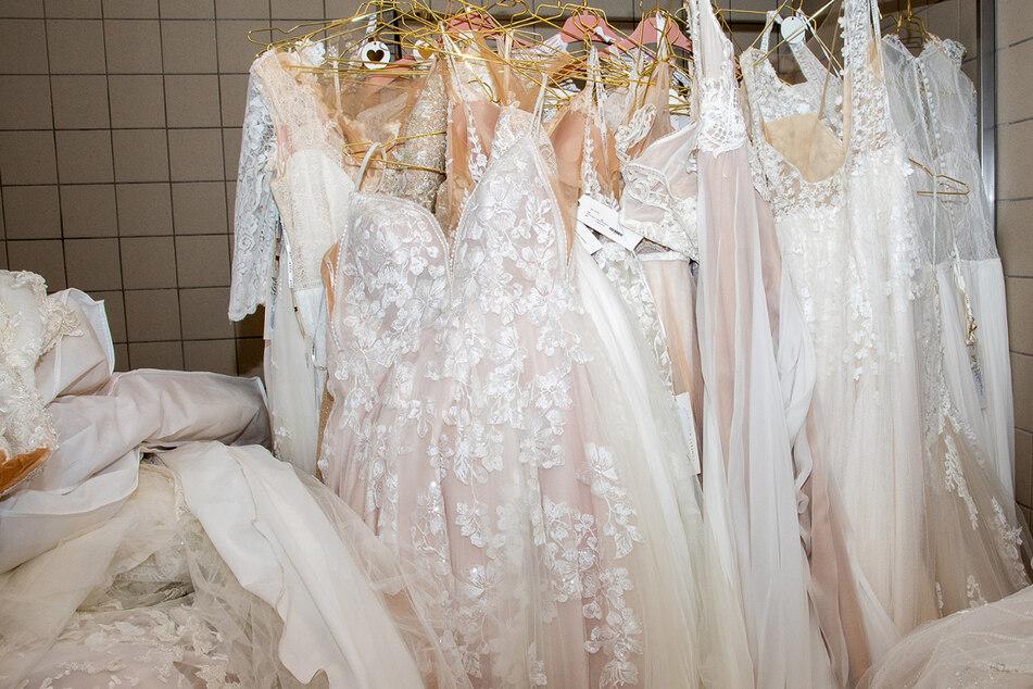 Unmengen Brautkleider und Beauty-Produkte bei Razzia aufgetaucht