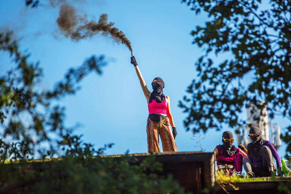 Drei Personen protestierten auf dem Dach des Hauses gegen den Leerstand.