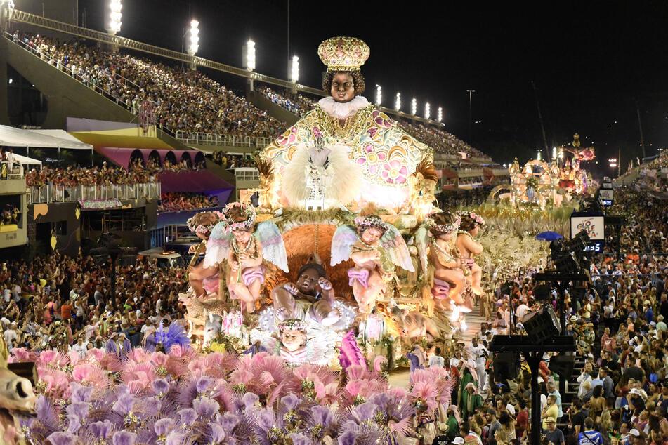 Mitglieder der Sambaschule Mangueira treten bei einem Karnevalsumzug im Sambadrom auf.