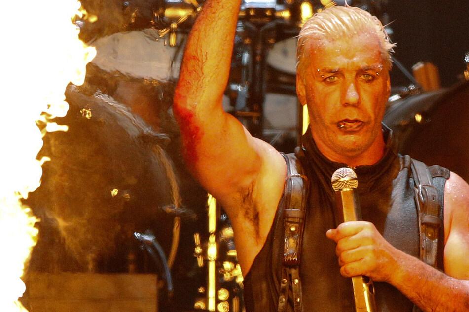 Die Band um Frontsänger Till Lindemann hat dem Warener Hospiz eine rare Notensammlung zukommen lassen.