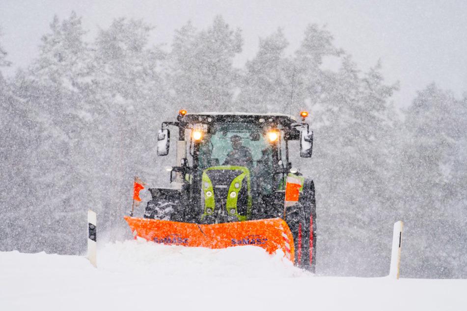 Viele Landwirte setzen ihre Traktoren nicht nur auf ihren Feldern ein - sondern rücken auch bei Eis und Schnee aus.