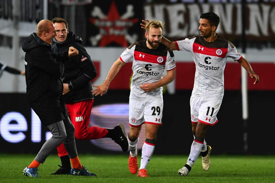 Gemeinsam mit Sami Allagui (rechts) jubelt Jan-Marc Schneider über seinen ersten Profi-Treffer.