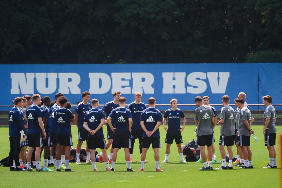 HSV-Kicker stehen zum Trainingsauftakt auf dem Gelände. Die Mannschaft hat ein weiteres Testspiel terminiert.