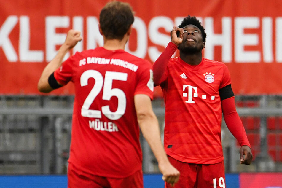Alphonso Davies (r.) freut sich mit Thomas Müller über sein Tor zum 4:2 für die Bayern.