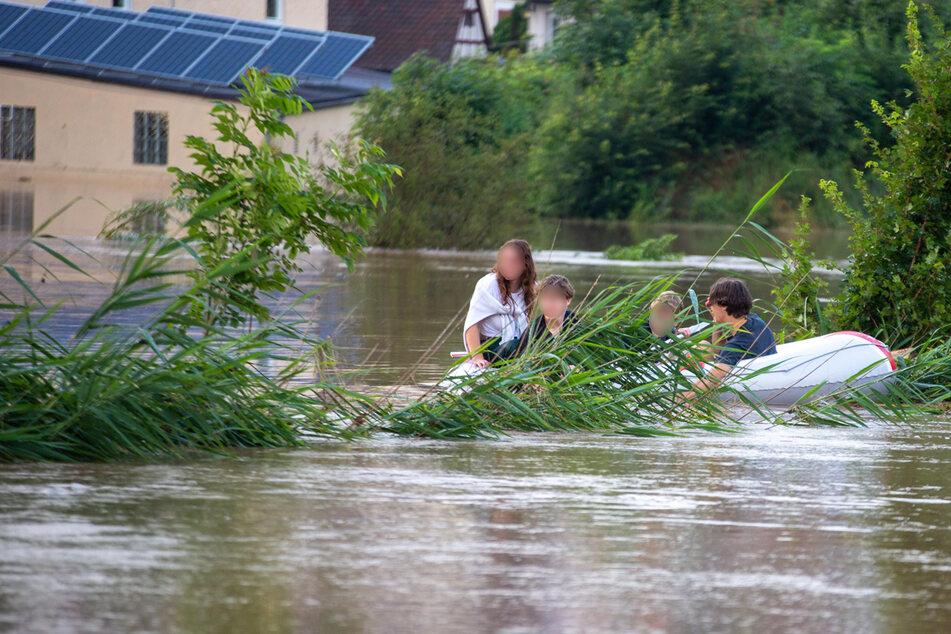 Vier Jugendliche wollten aus der Hochwasser-Situation ein ungewöhnliches Vergnügen machen - und mussten gerettet werden.