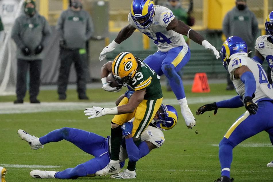 Der Deutsch-Amerikaner Equanimeous St. Brown (M.) von den Green Bay Packers wird von der Rams-Defense gestoppt.