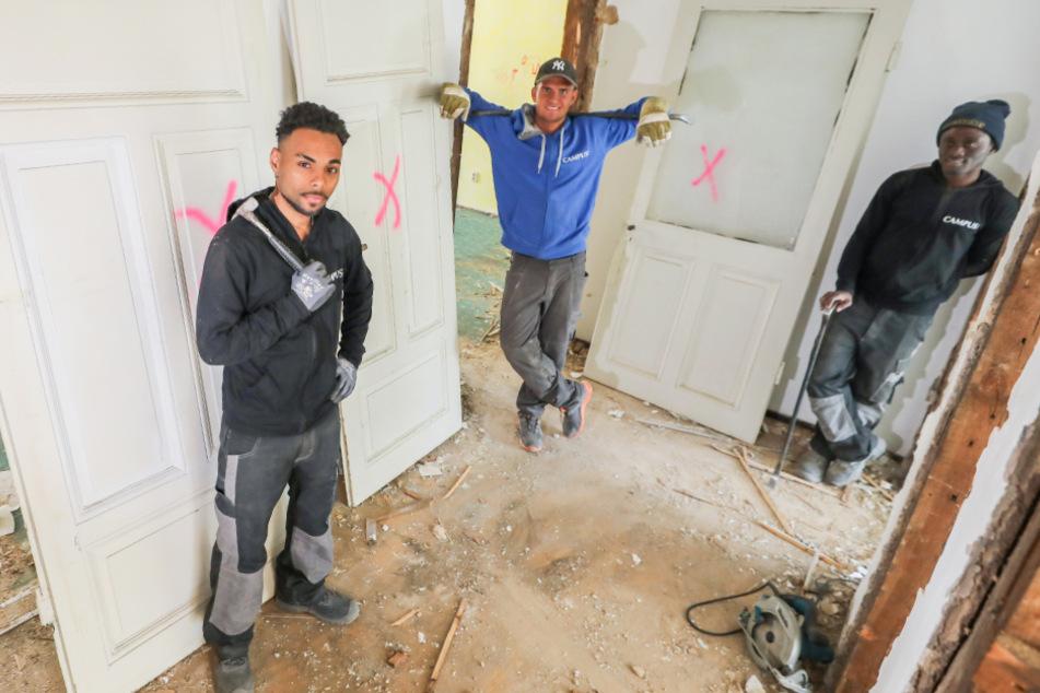 Die drei Profifußballer Sasha Diakiese, Kevin Rääbis und Abulai Dabo (v.l.n.r.) stehen aufgrund der Corona-Krise auf einer Baustelle.