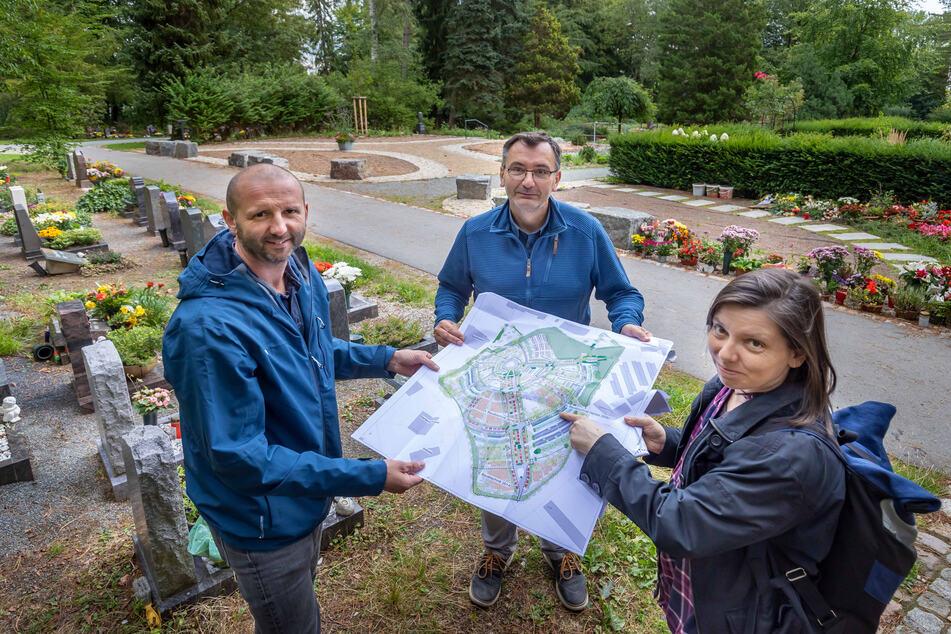 Betriebshofleiter Holger Lötsch (46, l.), Bauherren-Vertreter Frank Seidel (53) und Landschaftsarchitektin Franziska Nestler mit dem Plan der neu gestalteten Urnen-Grabanlage.