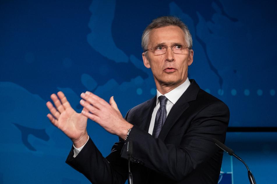 Jens Stoltenberg, Generalsekretär der Nato, spricht bei einer Pressekonferenz. Die Nato treibt nach Angaben ihres Generalsekretärs konkrete Planungen voran, um sich für eine mögliche zweite Welle der Corona-Pandemie zu wappnen.
