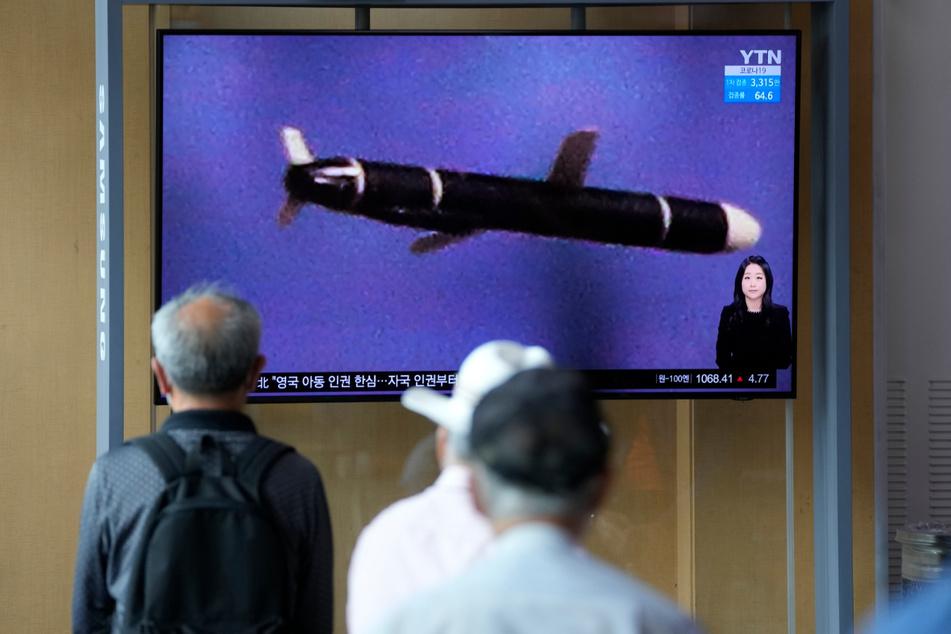 Seoul: Menschen schauen auf einen Fernsehbildschirm, der Nordkoreas neu entwickelte Langstrecken-Marschflugkörper zeigt.
