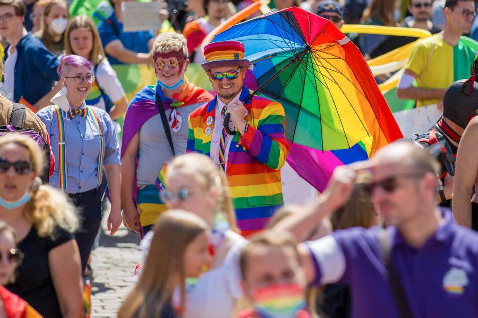 Bunt kostümiert und mit Regenbogenfahnen trafen sich Hunderte Teilnehmer Ende Juni zum Christopher Street Day in Mecklenburg-Vorpommern. Am heutigen Samstag findet eine solche Parade auch in Altenburg in Thüringen statt.