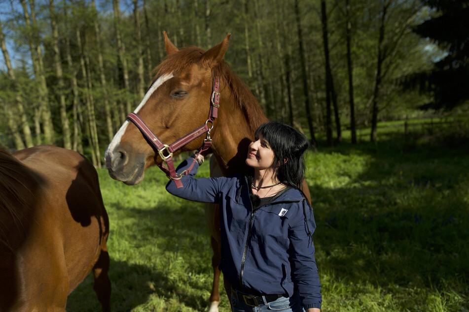 Wenn sie nicht unterwegs ist, sucht sie ihr Glück auf dem Rücken der Pferde.