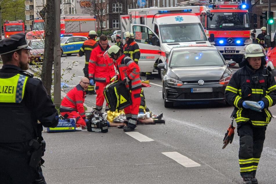Mercedes rast in Menschengruppe: Fußgängerin (26) verliert Bein, Fahrer betrunken