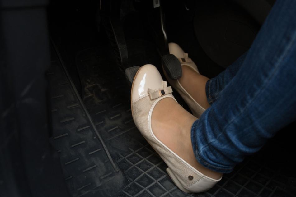Verhängnisvolles Missgeschick: Autofahrerin bleibt mit Schuh in Pedalen hängen
