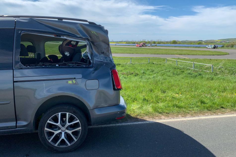 In Ballenstedt kam es am Sonntag zu einem Zusammenstoß zwischen einem Kleinflugzeug und einem Auto. In dem betroffenen VW saß auch ein acht Monate altes Baby.