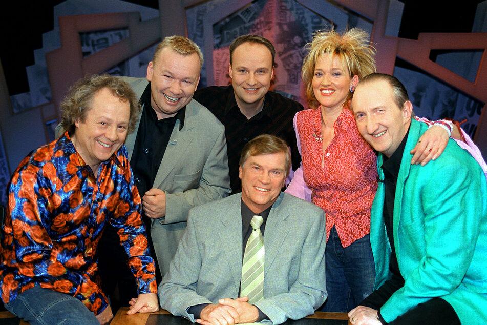 """Das """"7 Tage - 7 Köpfe""""-Team im März 2003 (v.l.n.r.): Kalle Pohl (69), Bernd Stelter (60), Oliver Welke (54), Gaby Köster (59), Mike Krüger (69) und Jochen Busse (80, m.)"""
