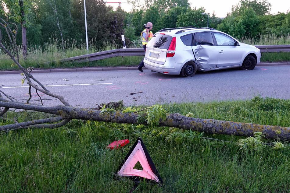 Der Hyundai knallte gegen einen Baum und gegen die Leitplanke.