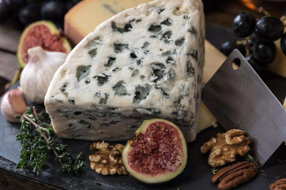 Viele Käsesorten haben einen essbaren Käserand mit Schimmel oder sind von essbarem Blauschimmel durchsetzt wie dieser.