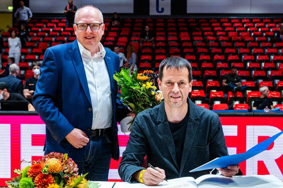 Chemnitz: Bei Niners Pokal-Sieg: Basketball-Trainer Torsten Loibl trägt sich ins Goldene Buch ein