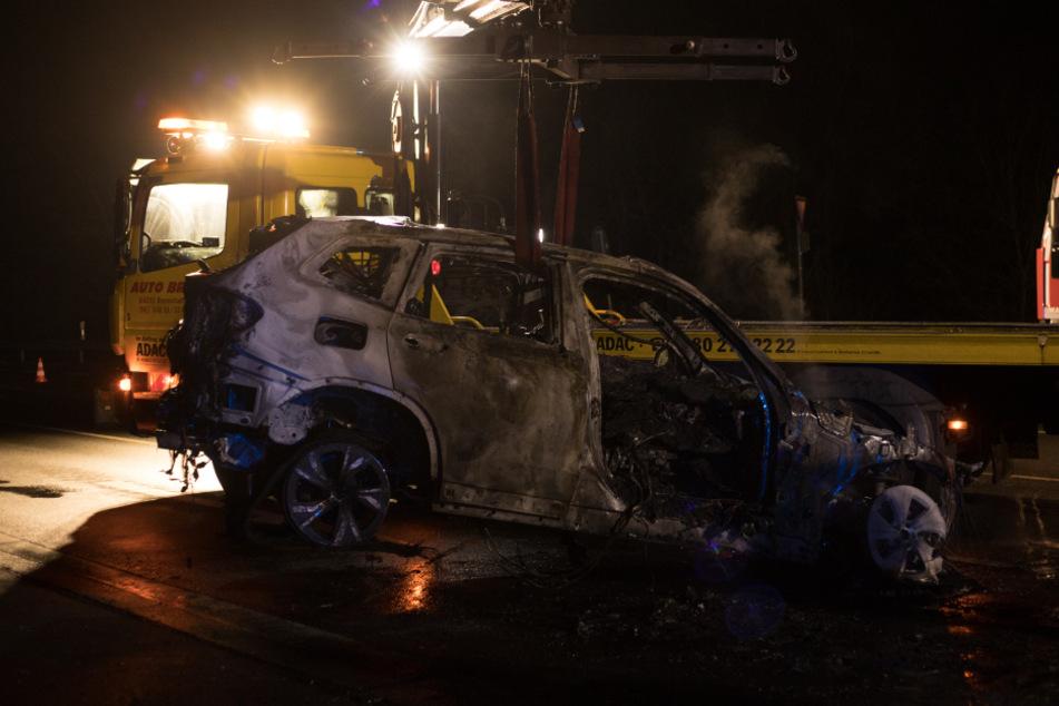 Motor mit Straße verschmolzen! SUV brennt lichterloh