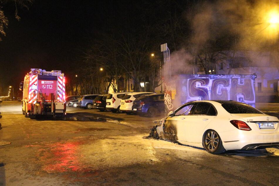 Die Feuerwehr musste am frühen Donnerstagmorgen wegen eines brennenden Mercedes nach Stötteritz ausrücken.
