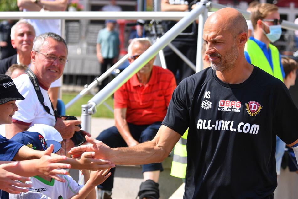 Trainer Alexander Schmidt (52) gibt sich auch volksnah, klatscht hier mit den Fans ab.