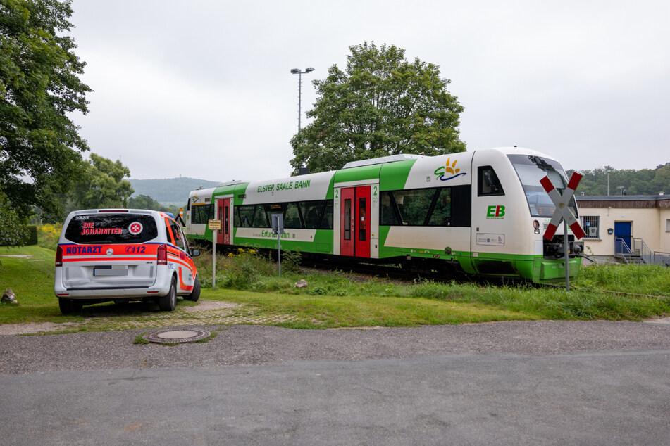 Der Nissan-Fahrer missachtete den Erkenntnissen nach die Warnhinweise und stieß beim Überfahren des Bahnübergangs mit dem Zug zusammen.