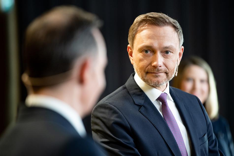 Christian Lindner (r), Bundesvorsitzender der FDP, hat die Pläne der Bundesregierung begrüßt, Beschränkungen für gegen das Coronavirus Geimpfte zurückzunehmen.