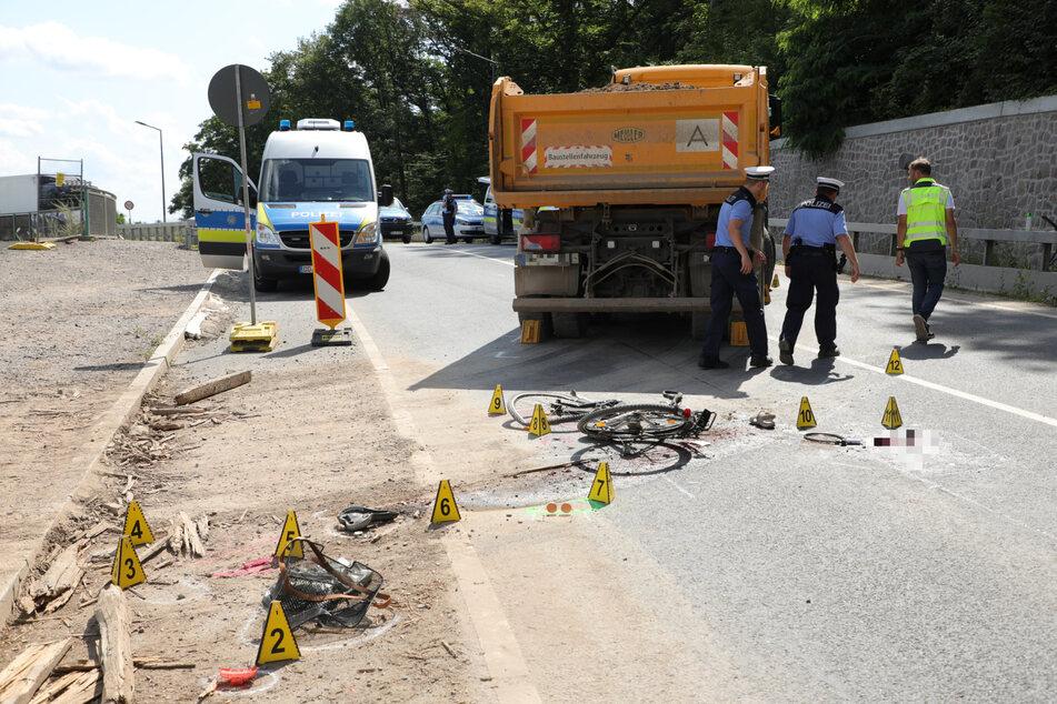 Nach dem Crash inspizierten Polizisten und Unfallanalytiker die Unfallstelle.