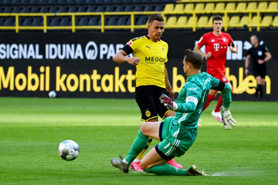 Manuel Neuer (vorne-rechts) klärt bereits in der 1. Minute vor Dortmunds Thorgan Hazard.