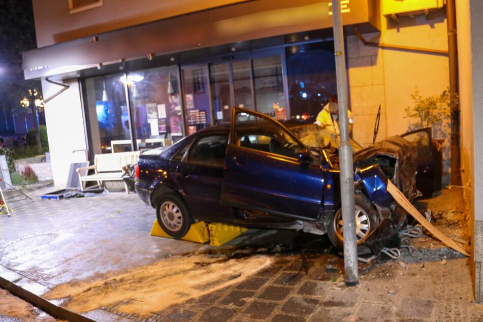 Der zerstörte Audi steht an der Unfallstelle in Treuchtlingen.