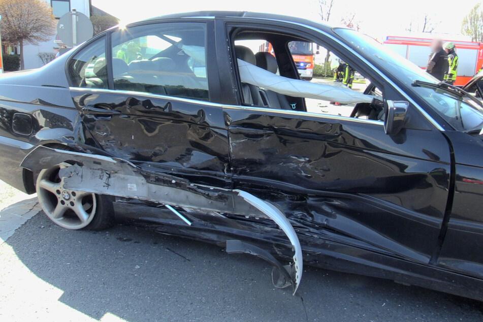 Ein zweites Auto wurde an der rechten Seite beschädigt.