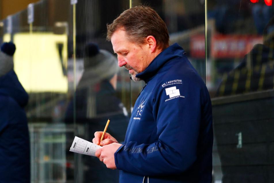 Eislöwen-Coach Andreas Brockmann hatte gestern genügend Stoff zum Notieren. Was er in Bayreuth sah, gefiel ihm gar nicht.