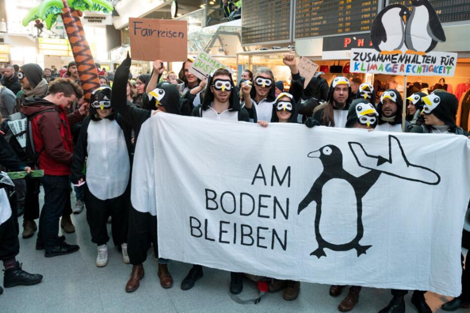 """Demonstranten des Bündnisses """"Am Boden bleiben"""" blockieren im November 2019 die Haupthalle des Flughafen Tegels."""