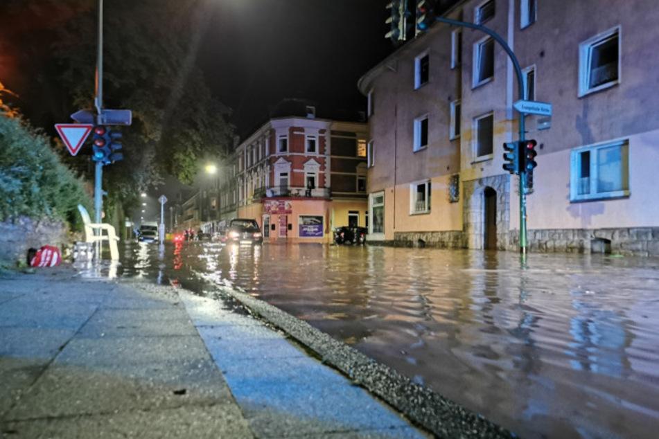 Wassermassen, so wie hier auf der Kupferdreher Straße, wohin das Auge reicht.