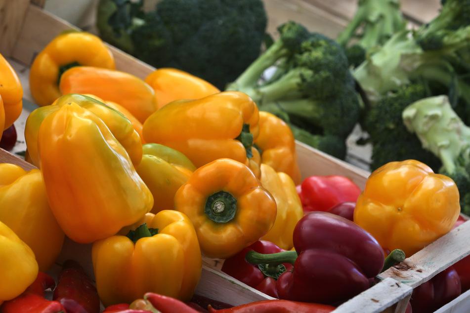 Schlechtes Wetter und fehlende Erntehelfer in der Corona-Krise könnten einige Obst- und Gemüsesorten teurer und knapp machen.