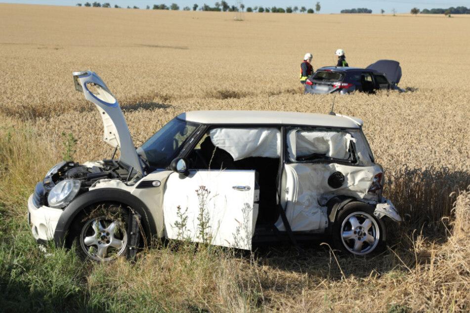 Gleich zwei Fahrzeuge wurden durch die Wucht des Aufpralls in ein Feld geschleudert.
