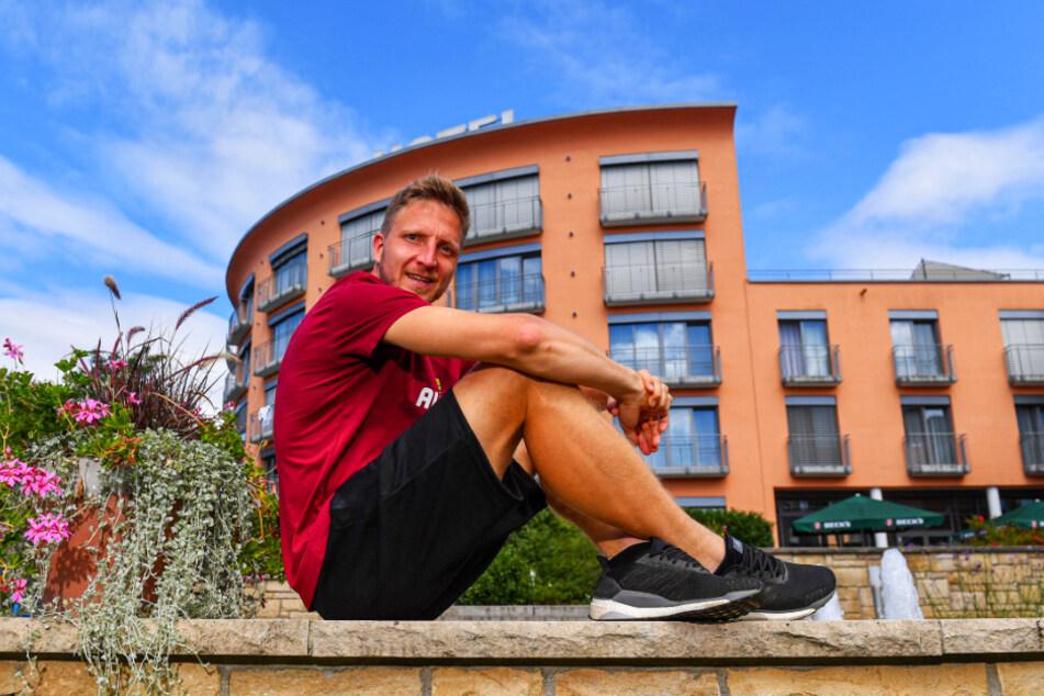 Ein strahlender Marco Hartmann vor dem Teamhotel in Heilbad Heiligenstadt. Der 32-Jährige wirkt aufgeräumt und klar. Und er ist gesund - das ist das Wichtigste bei ihm.