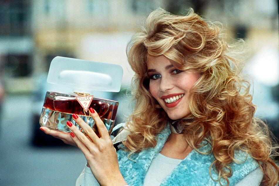 """1992 stellte Claudia Schiffer das Parfum """"Guess"""" des Kosmetikunternehmens Revlon vor in Düsseldorf vor."""