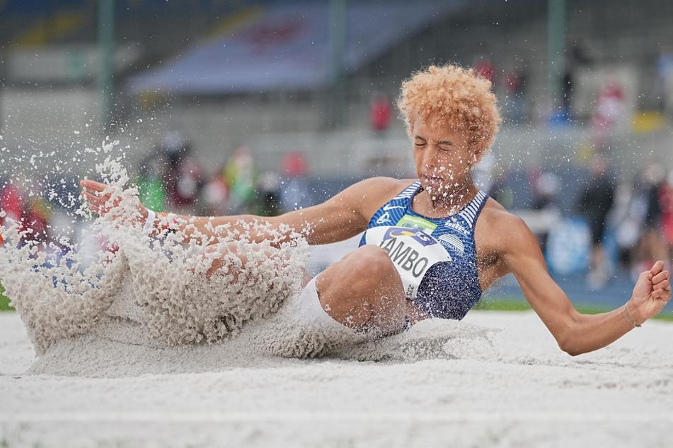 Malaika Mihambo (27) im Juni bei den Deutschen Meisterschaften in Action. Die Weitspringerin will in Interviews Rassismus-Diskussionen anregen und nicht mit Kniefall-Gesten.