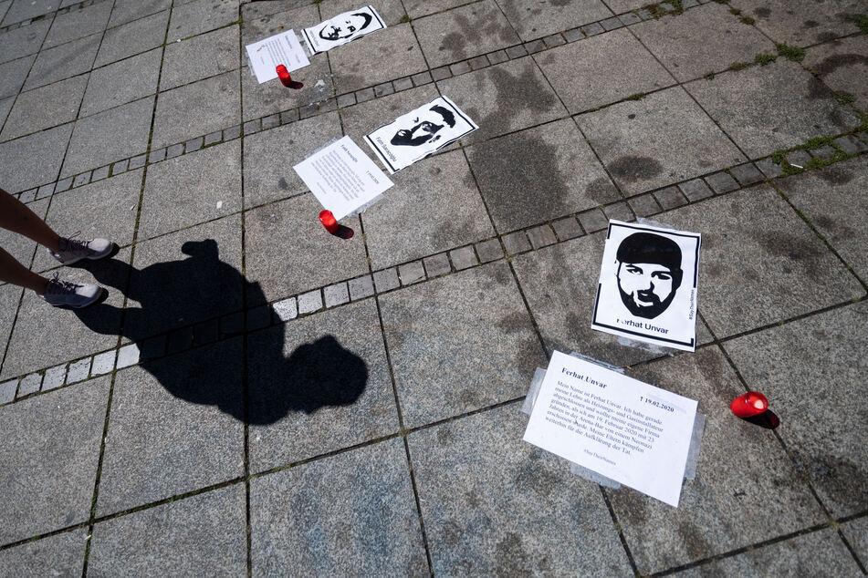 Bilder der Opfer des Anschlags von Hanau liegen auf dem Schlossplatz neben Kerzen auf dem Boden. Am Abend des 19. Februar hatte ein 43-jähriger Deutscher im hessischen Hanau neun Menschen mit ausländischen Wurzeln erschossen. .