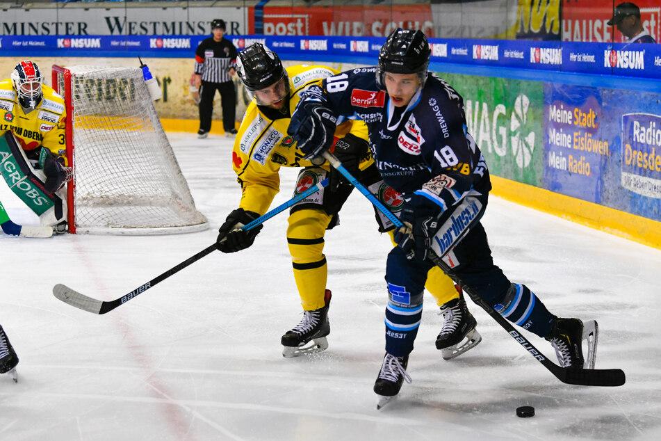 Ein Foto aus dem März 2020: Timo Walther (23, v.) im Spiel gegen Bad Tölz. Ab der kommenden Saison trägt der 23-Jährige wieder das Eislöwen-Trikot.