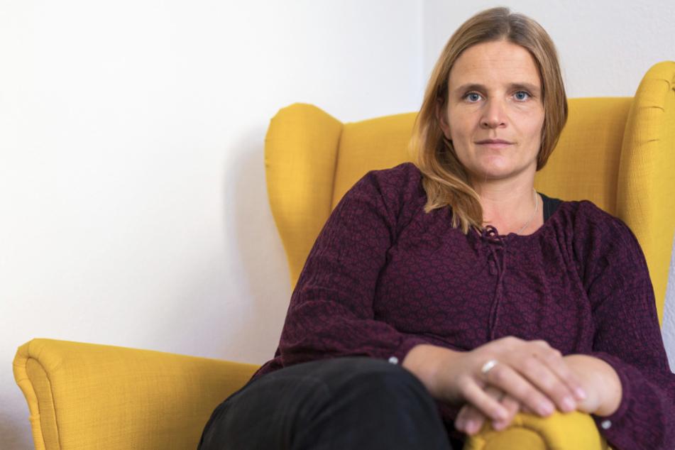 Sarah Pohl, die Leiterin der Zentrale Beratungsstelle für Weltanschauungsfragen Baden-Württemberg (ZEBRA-BW), sitzt in ihrem Büro.
