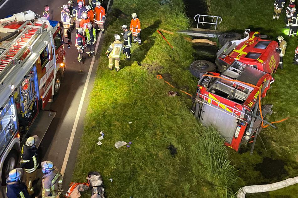 Die Unfallstelle gleicht einem Schlachtfeld: ein geplatzter Reifen sorgte offenbar für das Unglück.