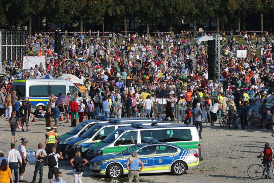 Tausende Menschen demonstrieren auf der Theresienwiese gegen die Corona-Maßnahmen.