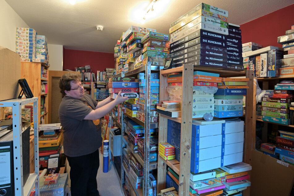 Der Sammler hat alle seine Spiele katalogisiert und geordnet.