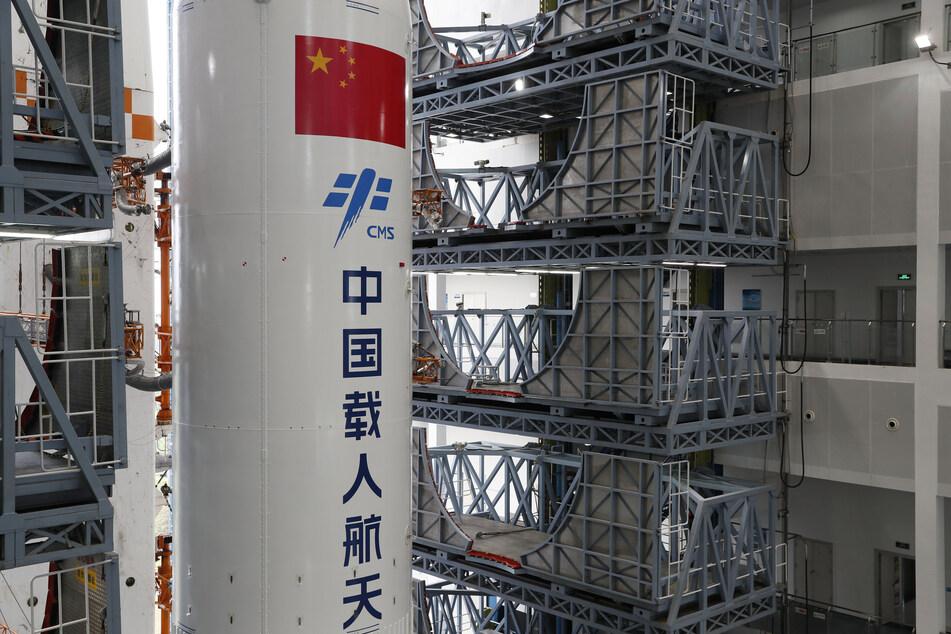 """Eine Kombination aus dem Kernmodul """"Tianhe"""" der chinesischen Raumstation und der Langer-Marsch-5B-Y2-Rakete."""