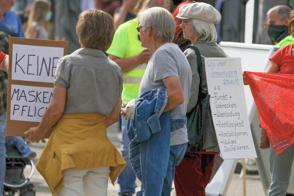 Menschen versammeln sich auf dem Marktplatz in Göppingen.