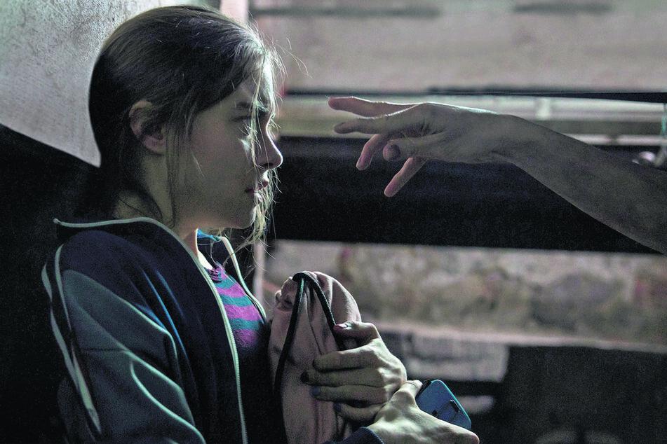 Talia (Hannah Schiller) weicht vor einer Geisterhand zurück.