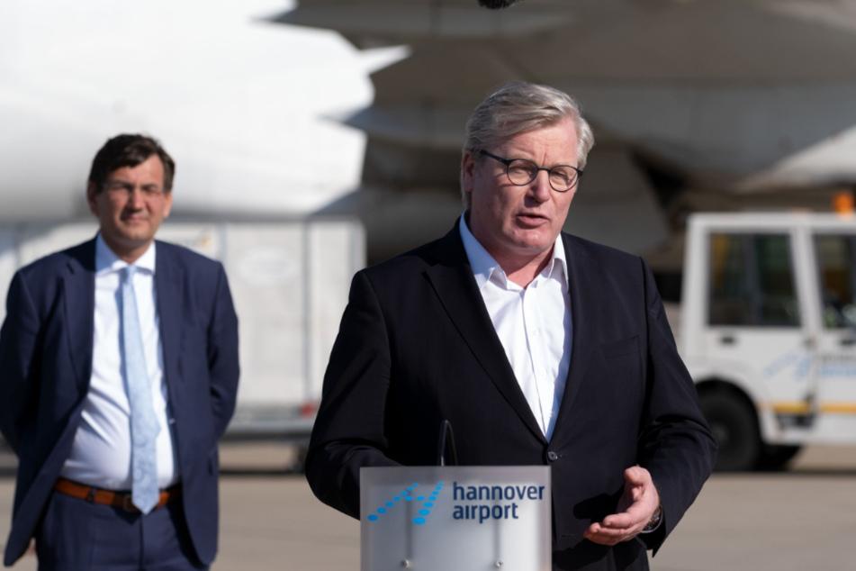 Niedersachsens Wirtschaftsminister Bernd Althusmann (53, CDU, r) spricht auf dem Flughafen in Hannover bei der Ankunft von Schutzmasken aus China.